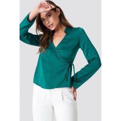 NA-KD Satynowa koszula z kopertowym przodem - Green. Zielone koszule wiązane damskie marki NA-KD, z poliesteru, z kopertowym dekoltem. Za 80,95 zł.