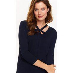 Swetry klasyczne damskie: SWETER DAMSKI V NECK Z WIĄZANIEM POD SZYJĄ