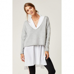 Sweter w kolorze szarym. Szare swetry klasyczne damskie marki SCUI. W wyprzedaży za 139,95 zł.