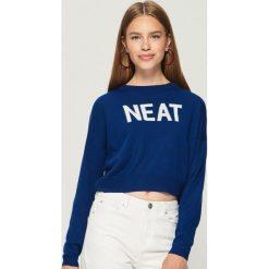 Krótki sweter z napisem - Niebieski. Niebieskie swetry klasyczne damskie marki Sinsay, l. W wyprzedaży za 19,99 zł.
