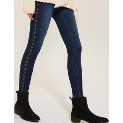 Jeansy skinny z ozdobną taśmą - Granatowy. Niebieskie rurki damskie House, z jeansu. Za 99,99 zł.