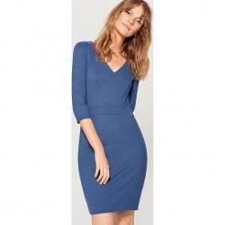 Dopasowana sukienka z dekoltem w szpic - Niebieski. Czerwone sukienki z falbanami marki Mohito, z bawełny. Za 119,99 zł.