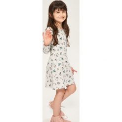Bawełniana sukienka z nadrukiem - Jasny szar. Szare sukienki dziewczęce Reserved, z nadrukiem, z bawełny. W wyprzedaży za 19,99 zł.