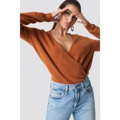 NA-KD Trend Sweter z kopertowym dekoltem - Brown,Copper. Białe swetry klasyczne damskie marki NA-KD Trend, z nadrukiem, z jersey, z okrągłym kołnierzem. Za 121,95 zł.