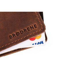 Cienki portfel ze skóry naturalnej BRODRENE ciemny brąz. Czarne portfele męskie marki Brødrene, w paski, ze skóry. Za 84,90 zł.