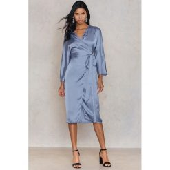 Długie sukienki: Hannalicious x NA-KD Kimonowa sukienka - Blue