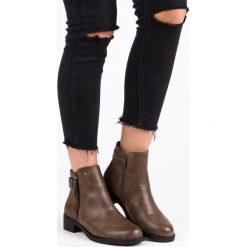 BRĄZOWE BOTKI NA PŁASKIM OBCASIE. Czarne botki damskie na zamek Ideal Shoes, na płaskiej podeszwie. Za 81,90 zł.