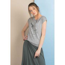 T-shirt z żyrafą. Szare t-shirty damskie Monnari, z nadrukiem, z wiskozy. Za 49,95 zł.