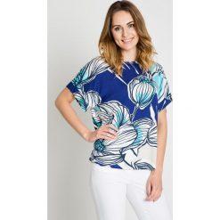 Bluzki asymetryczne: Niebieska wzorzysta bluzka typu nietoperz BIALCON
