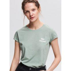 T-shirt z minimalistycznym napisem - Zielony. Zielone t-shirty damskie Reserved, l, z napisami. Za 24,99 zł.