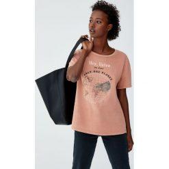 Koszulka z nadrukiem kuli ziemskiej. Czerwone t-shirty damskie Pull&Bear, z nadrukiem. Za 59,90 zł.