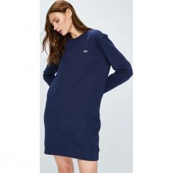 Tommy Jeans - Sukienka. Niebieskie sukienki dzianinowe marki Tommy Jeans, na co dzień, l, casualowe, z okrągłym kołnierzem, mini, proste. Za 399,90 zł.