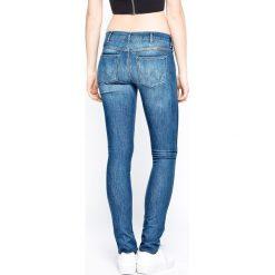 Wrangler - Jeansy Corynn Reverie. Szare proste jeansy damskie marki Wrangler, na co dzień, m, z nadrukiem, casualowe, z okrągłym kołnierzem, mini, proste. W wyprzedaży za 239,90 zł.
