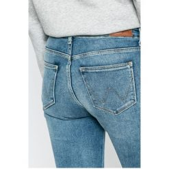 Wrangler - Jeansy. Szare jeansy damskie rurki marki Wrangler, na co dzień, m, z nadrukiem, casualowe, z okrągłym kołnierzem, mini, proste. W wyprzedaży za 219,90 zł.