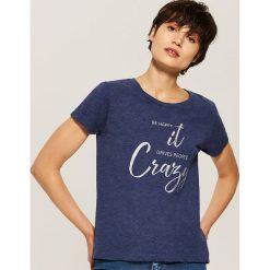 T-shirt z napisem - Granatowy. Niebieskie t-shirty damskie House, l, z napisami. W wyprzedaży za 19,99 zł.