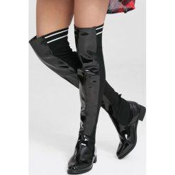 Czarne Kozaki You Are Everything. Czarne buty zimowe damskie vices, z lakierowanej skóry, z okrągłym noskiem, na obcasie. Za 159,99 zł.