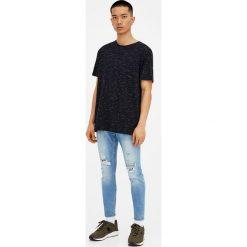 Jasne jeansy carrot fit z efektem sprania. Szare jeansy męskie relaxed fit Pull&Bear. Za 139,00 zł.
