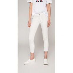 Lee - Jeansy Jodee. Białe jeansy damskie rurki marki Lee, z bawełny. W wyprzedaży za 219,90 zł.