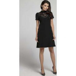 Czarna Wizytowa Rozkloszowana Sukienka z Koronką. Czarne sukienki balowe marki Molly.pl, na imprezę, l, w koronkowe wzory, z koronki, z klasycznym kołnierzykiem, dopasowane. W wyprzedaży za 106,86 zł.