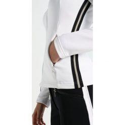 Toni Sailer LIV  Kurtka z polaru bright white. Białe kurtki sportowe damskie marki Toni Sailer, z elastanu. W wyprzedaży za 659,45 zł.