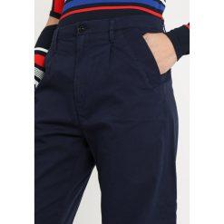 GStar BRONSON PLEAT 3D MID LOOSE CHINO WMN Spodnie materiałowe sartho blue 6067. Niebieskie chinosy damskie G-Star, z bawełny. Za 469,00 zł.