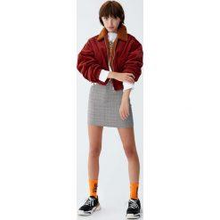 Bomberki damskie: Krótka sztruksowa kurtka z kołnierzem ze sztucznego baranka