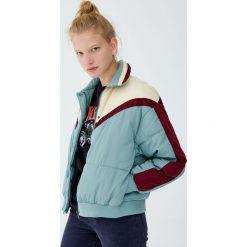 Pikowana kurtka z panelami. Niebieskie kurtki damskie pikowane Pull&Bear. Za 159,00 zł.