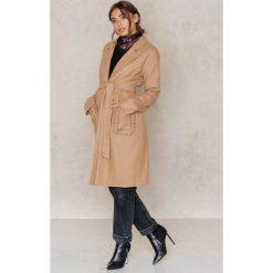 Płaszcze damskie pastelowe: Aéryne X NA-KD Płaszcz Saki – Brown,Beige
