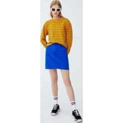 Jeansowa spódnica w elektrycznym niebieskim kolorze. Niebieskie spódniczki jeansowe marki Pull&Bear. Za 62,90 zł.