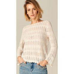 Swetry klasyczne damskie: Ażurowy sweter z rozszerzanym rękawem - Kremowy