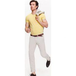 T-SHIRT MĘSKI Z KIESZONKĄ. Niebieskie t-shirty męskie marki bonprix, m, z nadrukiem, z klasycznym kołnierzykiem, z długim rękawem. Za 19,99 zł.