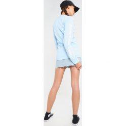 Obey Clothing NOVEL  Bluza dusty baby blue. Niebieskie bluzy damskie Obey Clothing, xs, z bawełny. Za 359,00 zł.