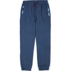 Coccodrillo - Spodnie dziecięce 128-158 cm. Białe spodnie chłopięce marki COCCODRILLO, m, z bawełny, z okrągłym kołnierzem. Za 69,90 zł.