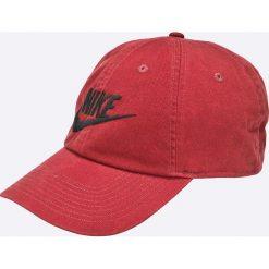 Nike Sportswear - Czapka. Różowe czapki z daszkiem męskie Nike Sportswear, z bawełny. W wyprzedaży za 59,90 zł.