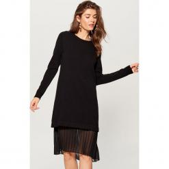 Swetrowa sukienka z plisowaną wstawką - Czarny. Czerwone sukienki z falbanami marki numoco, na ślub cywilny, l, z elastanu, eleganckie, z klasycznym kołnierzykiem, maxi. Za 169,99 zł.