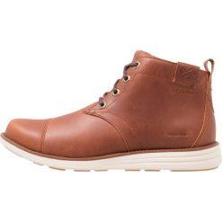 Columbia IRVINGTON CHUKKA WP Buty trekkingowe cinnamon/maple. Brązowe buty trekkingowe męskie Columbia, z materiału, outdoorowe. W wyprzedaży za 423,20 zł.