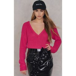 Swetry oversize damskie: Josefin Ekström for NA-KD Sweter z głębokim dekoltem V – Pink