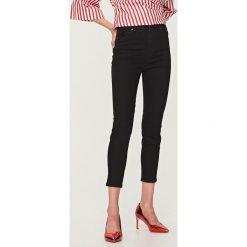 Jeansy z wysokim stanem - Czarny. Czarne jeansy damskie Reserved, z podwyższonym stanem. Za 89,99 zł.