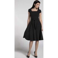 Czarna Sukienka z Szerokim Dołem z Dekoltem Karo. Czarne sukienki balowe marki Molly.pl, l, w paski, z dekoltem karo, mini, oversize. W wyprzedaży za 155,22 zł.