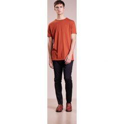Holzweiler HANGER Tshirt basic rust. Brązowe t-shirty męskie Holzweiler, l, z bawełny. W wyprzedaży za 209,30 zł.