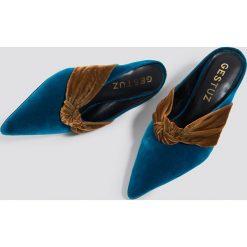 Gestuz Klapki mules Veneca - Blue,Multicolor. Niebieskie klapki damskie typu mules marki Gestuz, z poliesteru, na niskim obcasie, na obcasie. Za 769,95 zł.