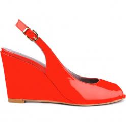 Sandały OLIVIA. Czerwone sandały damskie marki Gino Rossi, z lakierowanej skóry, na koturnie. Za 99,90 zł.