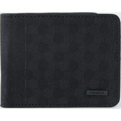 Portfel z geometrycznym wypukłym wzorem. Czarne portfele męskie Pull&Bear, w geometryczne wzory. Za 59,90 zł.