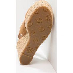 UGG HARLOW Sandały na obcasie chestnut. Brązowe sandały trekkingowe damskie Ugg, z materiału, na obcasie. Za 629,00 zł.