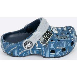 Crocs - Klapki dziecięce. Niebieskie klapki chłopięce marki Crocs, z gumy, z okrągłym noskiem. Za 149,90 zł.