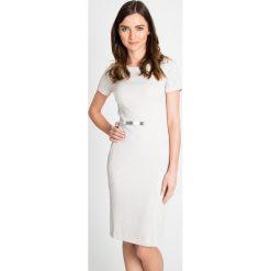 Ołówkowa sukienka z połyskiem QUIOSQUE. Szare sukienki balowe marki QUIOSQUE, do pracy, s, z dzianiny, z klasycznym kołnierzykiem, z krótkim rękawem, midi, dopasowane. W wyprzedaży za 99,99 zł.