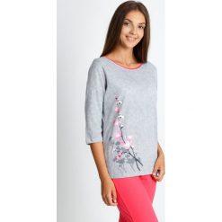 Piżama z koralowymi spodniami 3/4 QUIOSQUE. Pomarańczowe piżamy damskie QUIOSQUE, na jesień, l, z nadrukiem, z bawełny. W wyprzedaży za 79,99 zł.