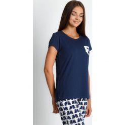Granatowa piżama ze spodniami w koty QUIOSQUE. Białe piżamy damskie marki QUIOSQUE, l, z nadrukiem, z bawełny, z długim rękawem. Za 99,99 zł.