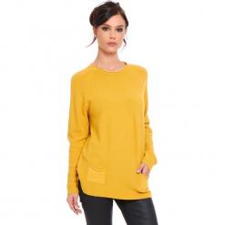 """Sweter """"Jamie"""" w kolorze musztardowym. Żółte swetry klasyczne damskie marki Cosy Winter, s, ze splotem, z okrągłym kołnierzem. W wyprzedaży za 181,95 zł."""