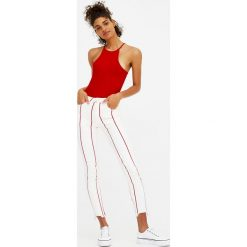 Jeansy skinny fit ze średnim stanem w paski. Szare jeansy damskie relaxed fit marki Pull & Bear, okrągłe. Za 59,90 zł.